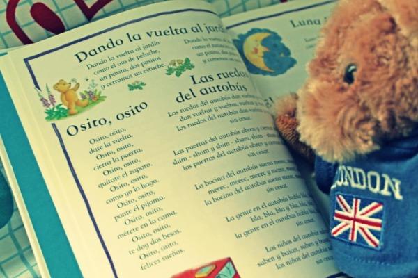 """El poema """"Osito, osito"""" junto al teddy bear de Tony."""