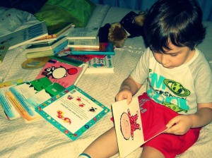 Tony en medio de la colección de libros que llevó para leer antes de dormir.