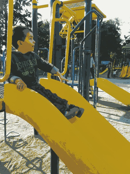 Mi hijo Tony jugando en la plaza.