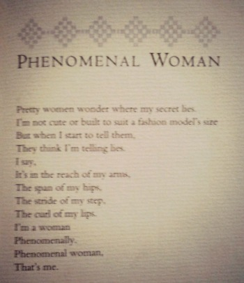 Una de las páginas interiores del libro con la primera estrofa de Phenomenal Woman